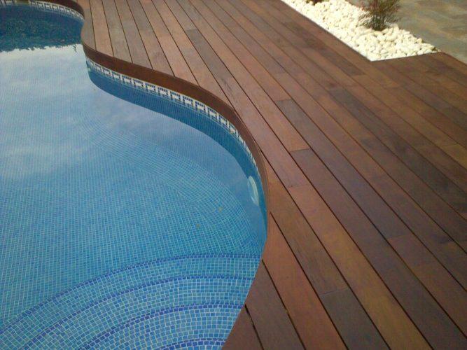 https://www.topmadera.com/wp-content/uploads/Mamperlan-curvo-en-piscina-de-madera-de-ipe-en-Valdemorillo-667x500.jpg
