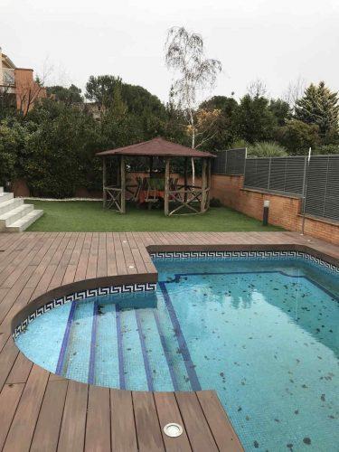 https://www.topmadera.com/wp-content/uploads/Mamperlan-redondo-de-tarima-sintetica-en-piscina-375x500.jpg